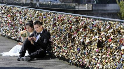 Paris Set To Remove Hundreds Of Thousands Of Padlocks From The Pont Des Arts Bridge