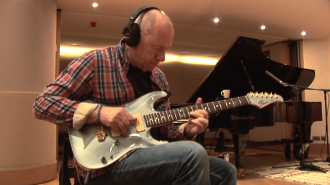 Mark Knopfler performs the 'Last Post' in memory of WWI heroes