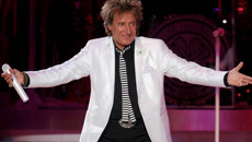"Rod Stewart reunites with the four mothers of his children for awesome ""blended"" family photo"
