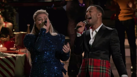 Kelly Clarkson and John Legend wow with live performance of 'Baby It's Cold Outside'