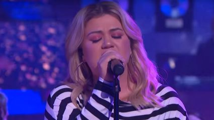 Kelly Clarkson performs stunning cover of Olivia Newton-John's 'Hopelessly Devoted to You'