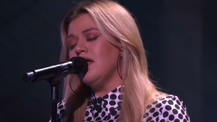 Kelly Clarkson performs stunning live cover of Elvis Presley's 'Can't Help Falling In Love'