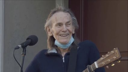 Gordon Lightfoot performs beautiful live rendition of 'If You Could Read My Mind'