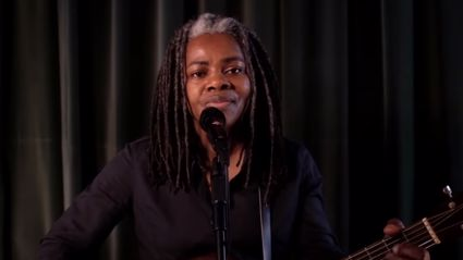Tracy Chapman makes rare TV appearance to perform her 1988 track 'Talkin' Bout a Revolution'