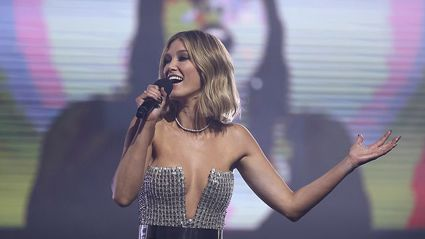 Delta Goodrem and more pay tribute to Helen Reddy with powerful 'I Am Woman' cover at the ARIAs