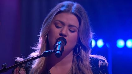 Kelly Clarkson performs stunning live cover of Fleetwood Mac's 'Dreams'
